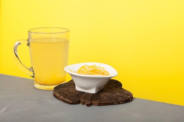 Bebida de limão com mel. chá yuzu ou chá yuja. produto saudável com alto teor de vitamina c.