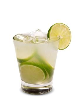 Bebida de limão fresco com gelo isolado na superfície branca. caipirinha.