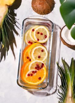 Bebida de limonada com frutas cítricas em um espaço branco