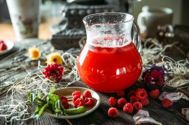 Bebida de limonada doce bagas frescas em uma jarra