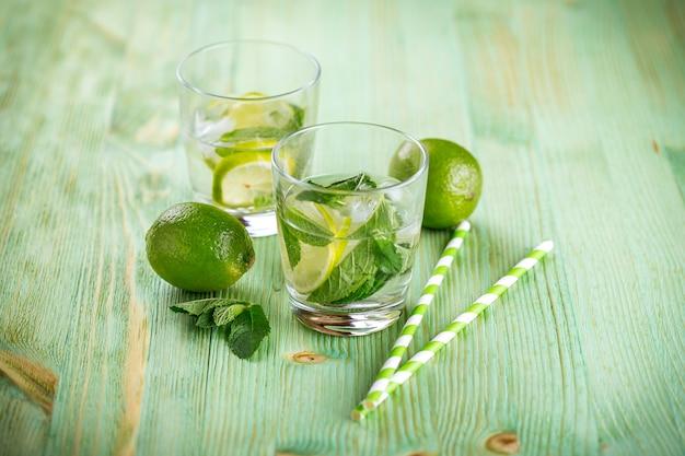Bebida de limonada em uma mesa de madeira