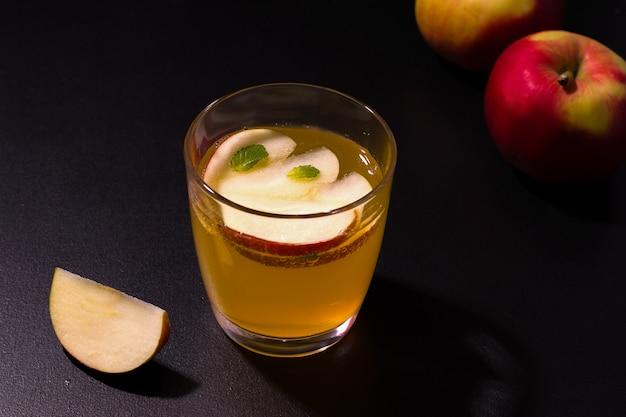 Bebida de maçã de verão, fermentada refrescante.
