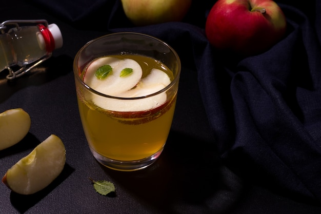 Bebida de maçã no verão, ao lado de frutas frescas.