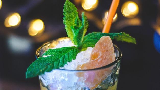 Bebida de mojito de morango com frutas frescas