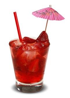 Bebida de morango fresca com gelo isolado na superfície branca.