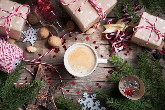 Bebida de natal quente na copa apresenta fundo
