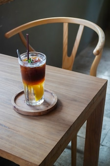 Bebida de pêssego gelado e café preto