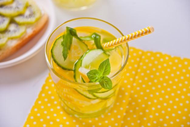Bebida de refrescamento do verão com limão, gengibre, pepino fresco e hortelã.