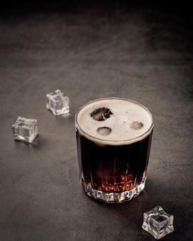 Bebida de refrigerante com cubos de gelo