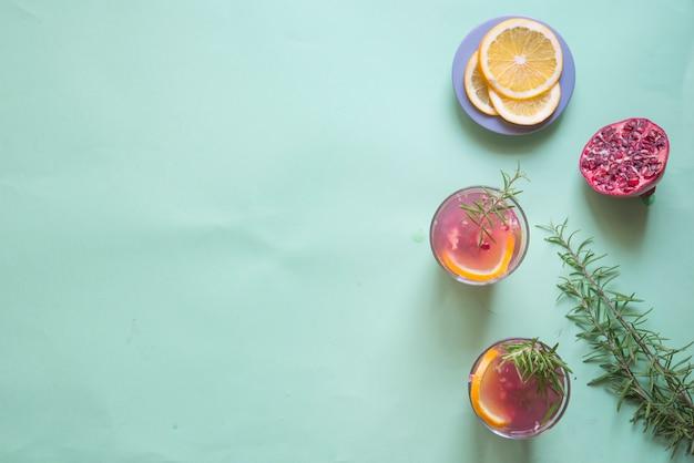 Bebida de romã, alecrim e laranja