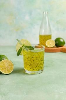 Bebida de semente de lima manjericão.