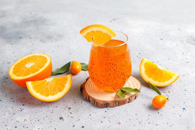 Bebida de semente de manjericão de laranja.