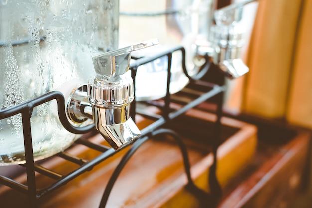 Bebida de torneira de água, closeup