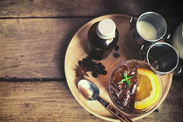 Bebida de verão - café misturado brew frio na mesa no café, tom de cor vintage