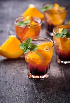 Bebida de verão com laranja e frutas