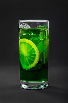 Bebida de verão com limão e hortelã isolado preto