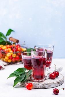 Bebida de verão com suco de cereja fresco