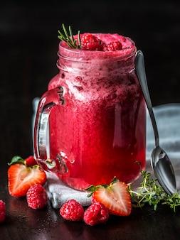 Bebida de verão de berry smoothie misto