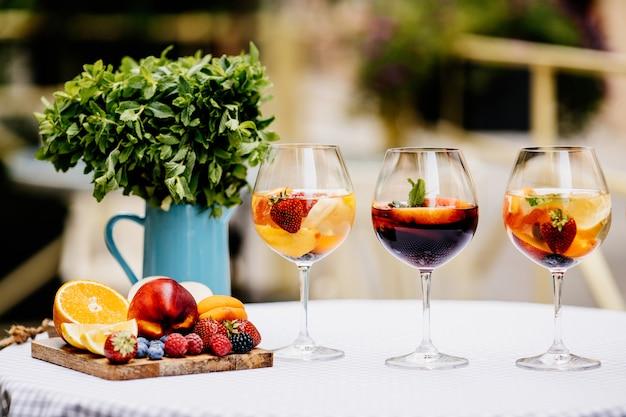 Bebida de verão de diferentes frutas cítricas com frutas