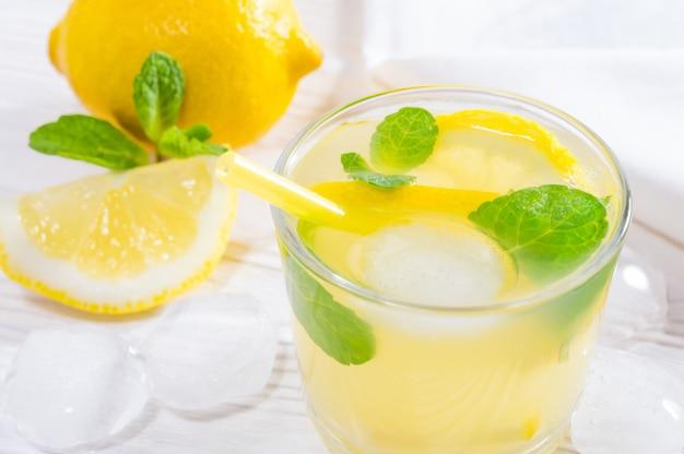 Bebida de verão de limão e hortelã ou limonada