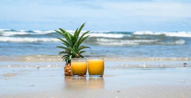 Bebida de verão fresco com abacaxi em uma bela praia