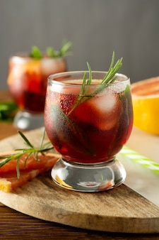 Bebida de verão. frutas refrescantes cocktail frio. mesa de madeira.
