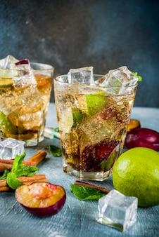 Bebida de verão gelado. cocktail de limonada com canela e ameixa, com limão e hortelã