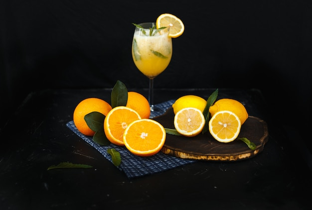 Bebida de verão limão sobre uma mesa preta