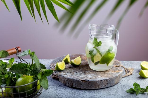 Bebida de verão, limonada com limão e hortelã