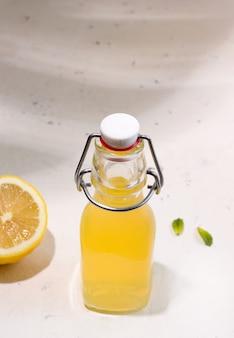 Bebida de verão, limonada fermentada de kombuchá em garrafa. foto vertical