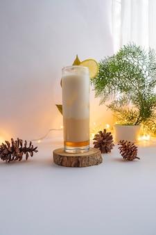 Bebida de verão. mel, limão, leite, bebida fria. ideias de conceitos minimalistas para bebidas de verão