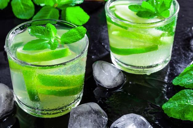 Bebida de verão mojito, com limão, hortelã e cubos de gelo
