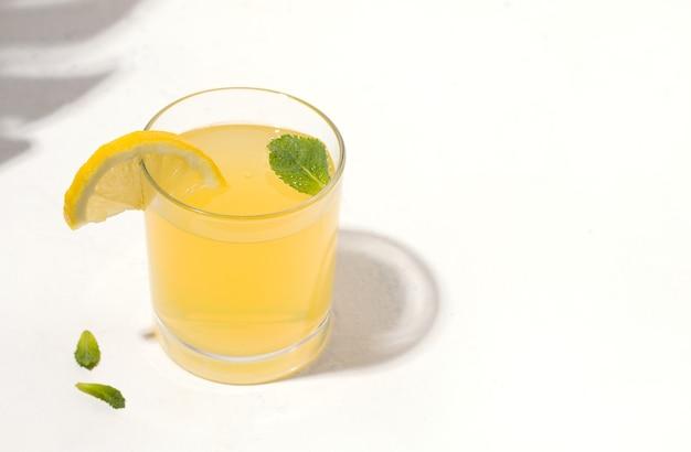 Bebida de verão, refrescante, fermentada, limonada de kombuchá com limão.