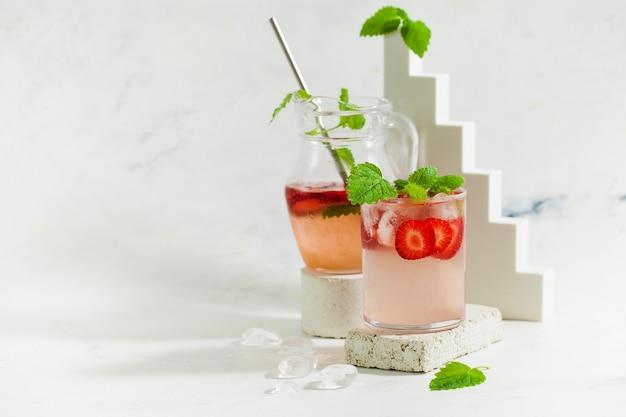 Bebida de verão refrescante limonada de morango com espaço de cópia de hortelã