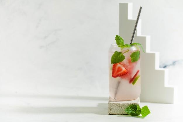 Bebida de verão refrescante limonada de morango com hortelã