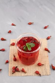 Bebida de vitaminas energéticas naturais de frutos secos de rosa mosqueta e flores de hibisco