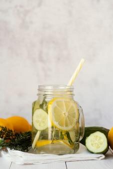 Bebida deliciosa com pepino e limão