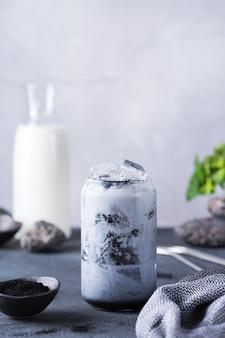 Bebida desintoxicante de café com leite de carvão ativado preto gelado