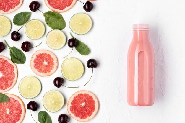 Bebida desintoxicante plana com frutas cítricas