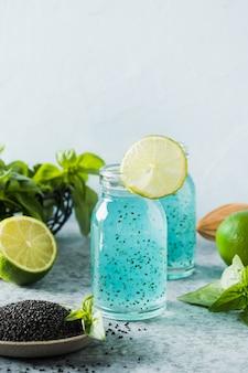 Bebida desintoxicante saudável com sementes de manjericão e limão