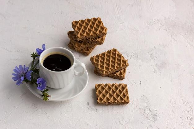 Bebida dietética chicória em uma xícara, substituto do café.