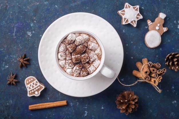 Bebida doce de cacau com marshmallows e biscoitos de gengibre