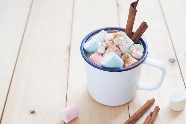 Bebida doce, estilo de vida de inverno. chocolate quente com marshmallows e paus de canela