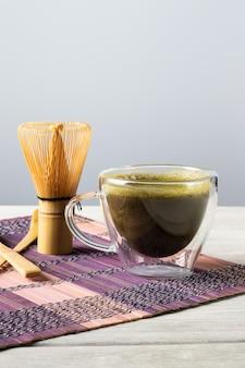 Bebida e acessórios de chá verde matcha. conceito de cerimônia do chá japonês.