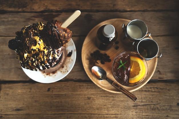 Bebida e sobremesa de verão - café misturado brew frio, sorvete de chocolate na mesa no café. tom de cor vintage