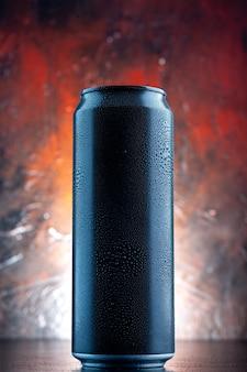 Bebida energética de vista frontal em lata na escuridão da foto de álcool de bebida escura