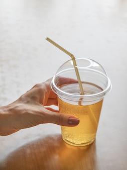 Bebida energética. kombucha é uma bebida produzida pela fermentação do chá com cultura simbiótica de bactérias.
