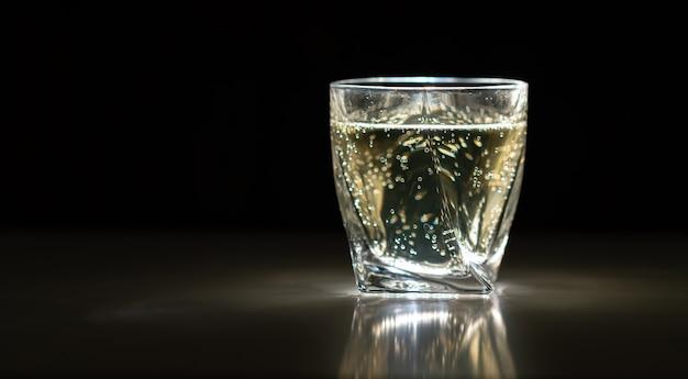 Bebida espumante ou bebida em um copo ou copo