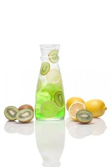 Bebida estragão de estragão com limão, kiwi e gelo