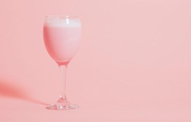 Bebida extravagante rosa fofo em um copo de vinho